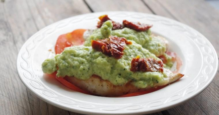 Koolhydraatarm: Kipfilet met courgettesaus en tomatensalade