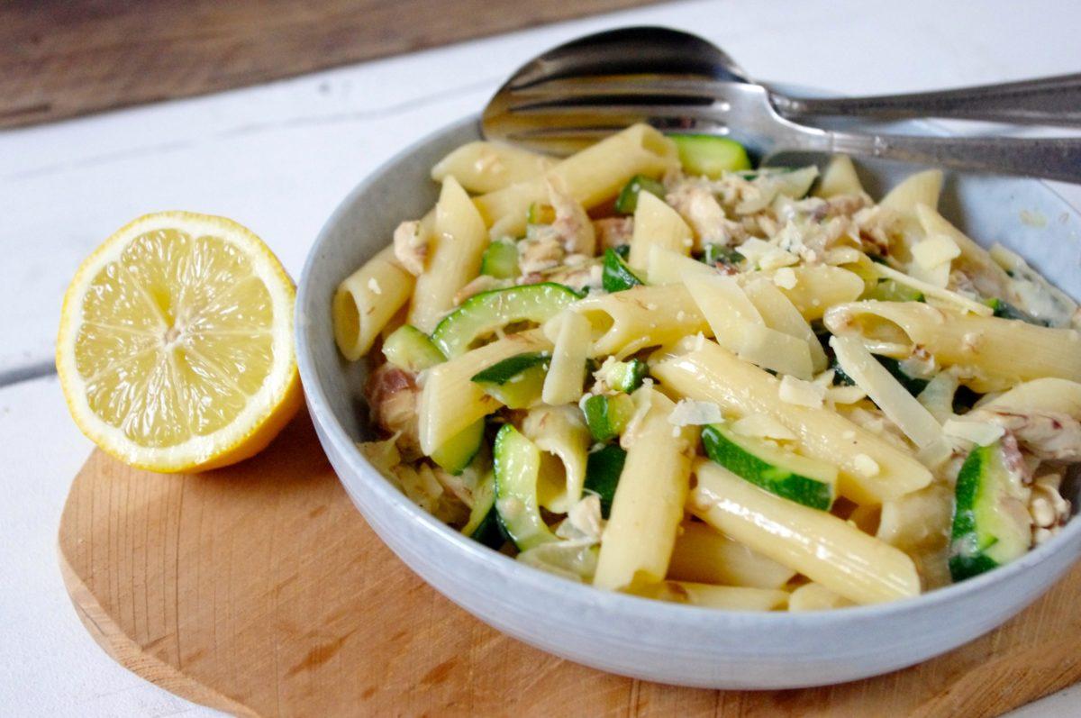 Pasta carbonara met makreel en courgette