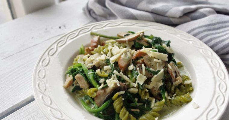 Koolhydraatarm: Groene erwten fusilli met kip en spinazie