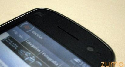 Detalhe da câmera secundária, alto-falante e sensor de luz do N97