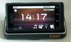 Ligado à base: central multimídia e relógio digital