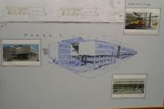 Detalhe da sala de projetos: lousa enorme
