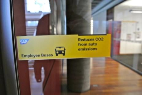 Em uma das portas, o alerta: não use carro, use transporte público