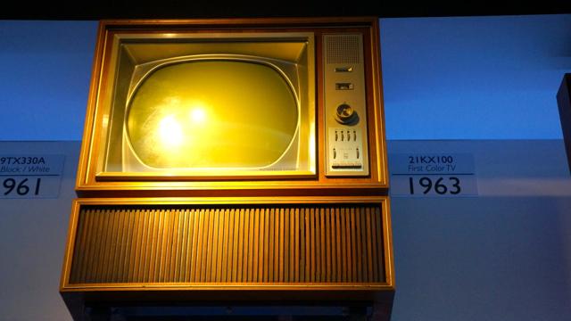 Galeria de fotos evolu o de design das tvs philips ztop for Mobilia anos 40