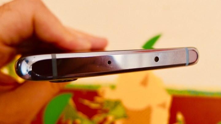 Huawei P30 Pro: microfone (à esquerda) e o transmissor infravermelho no topo do aparelho