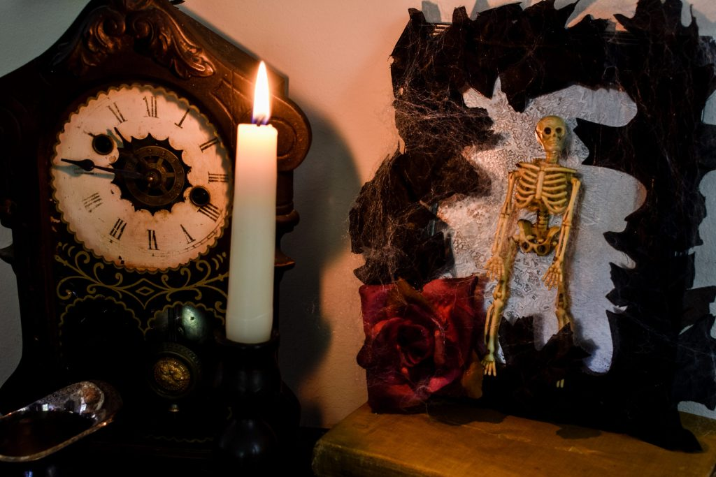 diy spooky halloween decorations by candlelight