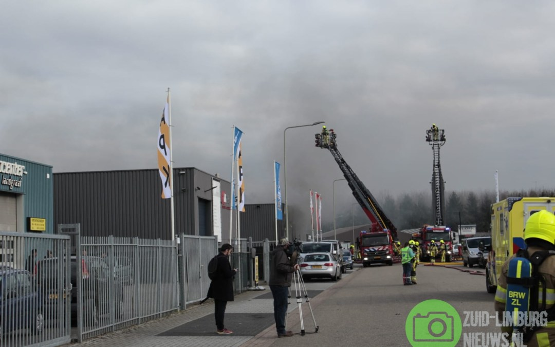 Grote uitslaande brand verwoest loods