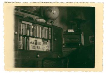 Wohnzimmerschrank mit Büchern, Fotos und Fotoalben, fotografiert vermutlich in den 1940er oder 1950er Jahren; Privatbesitz Mike Voigt, Syke