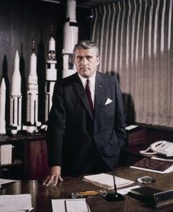 Wernher von Braun im Marshall Space Flight Center (Mai 1964)