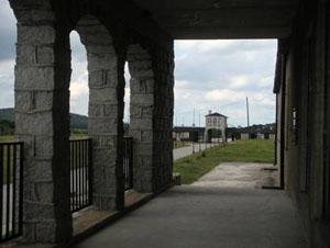 Die SS-Kantine (Vordergrund) und das Lagertor gehören zu den wenigen erhaltenen Gebäuden auf dem Gebiet des ehemaligen Konzentrationslagers Groß-Rosen. Heute befinden sich hier Ausstellungsräume.