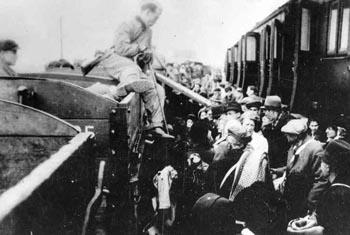 Ankunft von Deportierten im Vernichtungslager Sobibor. Undatierte Aufnahme. Quelle: Gedenkstätte Haus der Wannsee-Konferenz.