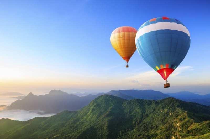 ZUSAMMENSPIEL Ballonfahrt als Betriebsausflug. Mit dem Heißluftballon über die Welt