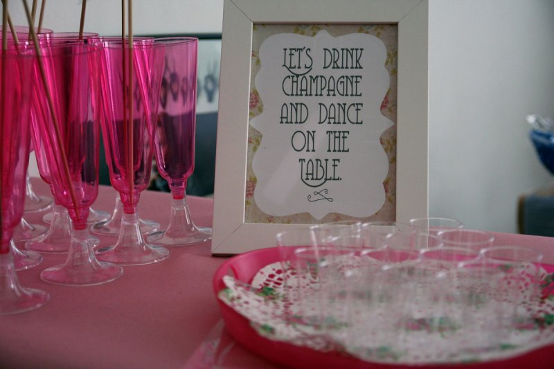 let's drink strawberry basil magaritas and dance on the table {inkl. free printables}