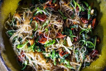 z widokiem na stół | makaron ze szpinakiem i szparagami