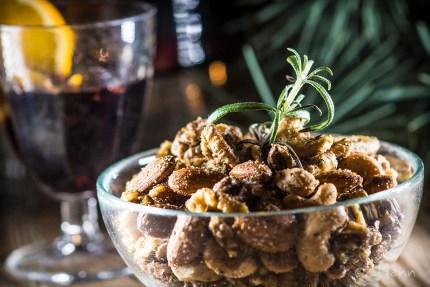 z widokiem na stół | aromatyczne prażone orzechy i grzane wino z porto