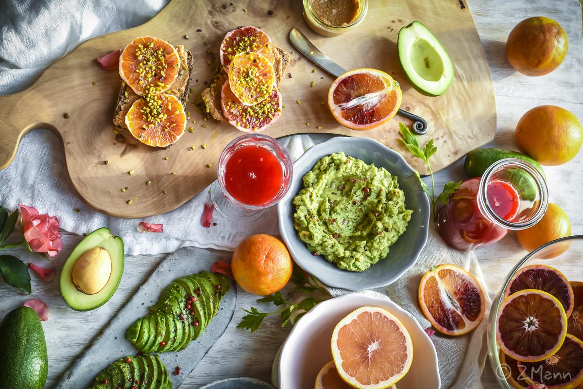 z widokiem na stół | lunch z cytrusów i avocado