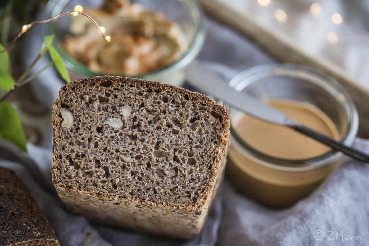 z widokiemna stół   chleb na zakwasie żytnim z orzechami i makiem