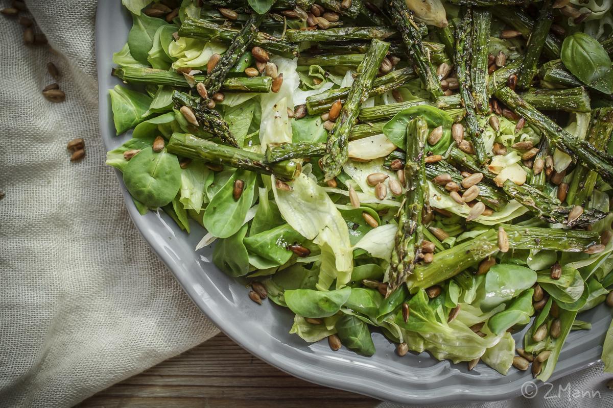 z widokiem na stół | sałata z grillowanymi szparagami