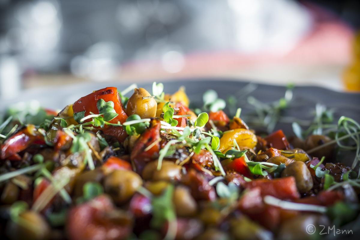 z widokiem na stół | sałatka z ciecierzycy i grillowanej papryki