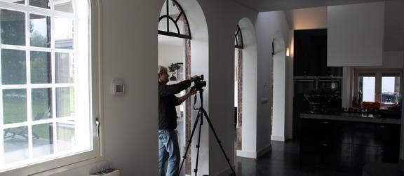 Fotograaf Martijn Heil aan het werk in de woning van de familie Mast in Laag Keppel