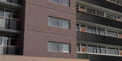 renovatie en metamorfose van een flat appartementengebouw door isolatie gevels en aanpassen hekwerken