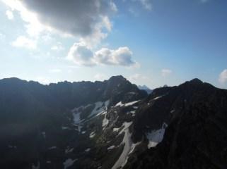 Widok z Kościelca na Tatry Wysokie (w oddali Rysy)