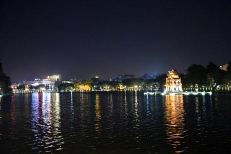 Hanoi jezioro Hoan Kiem nocą Wietnam
