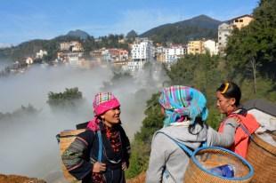 Sapa chmura w dolinie i kobiety z plemiona Wietnam