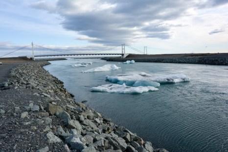 Kry z laguny Jokulsarlon wpływają do oceany Islandia