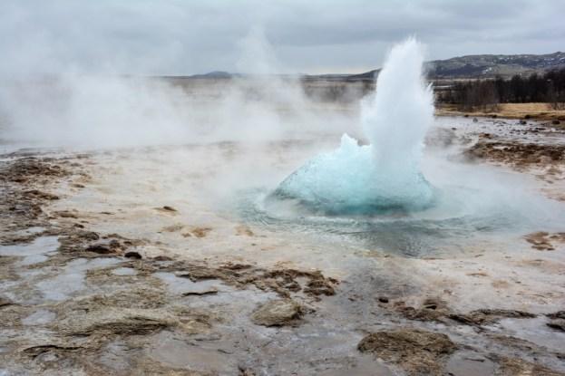 Wybuchający Strokkur Islandia