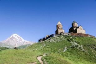 Widok na kościółek Cminda Sameba i Kazbek Gruzja