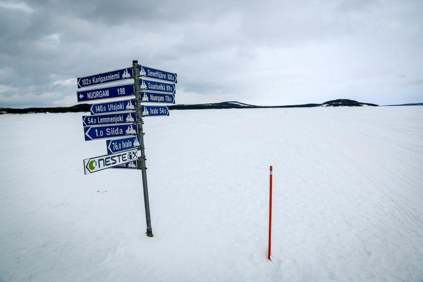 Trasy skuterów na zamarzniętym jeziorze Inari Finlandia
