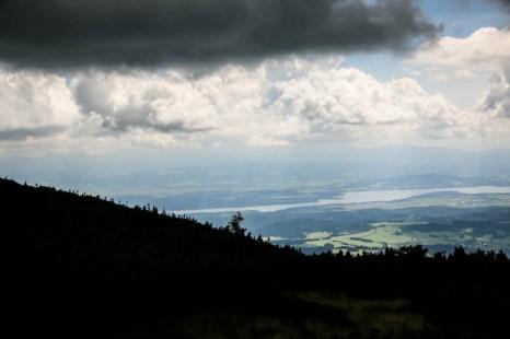 Delikatnie widoczna panorama Tatr