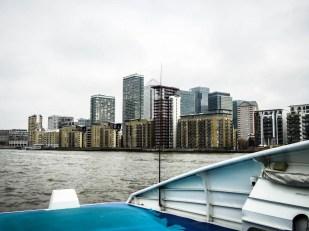 Rejs Tamizą obok Canary Wharf Londyn