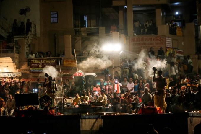 Indie Waranasi ceremonia na cześć rzeki Ganges