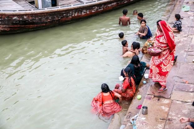 Indie Waranasi rytualne kąpiele