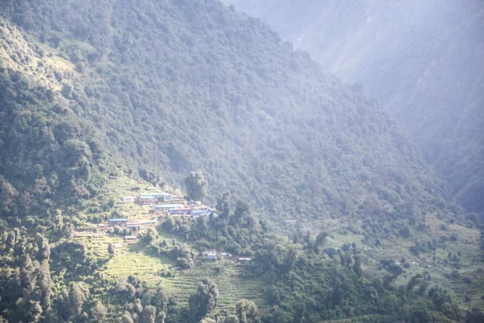 Nepal trekking do ABC widok na Siwai z Chhomrong
