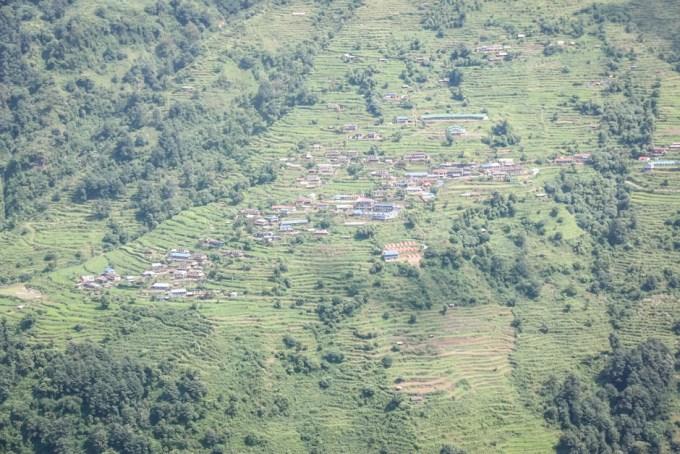 Nepal trekking do ABC wioska po drugiej stronie doliny
