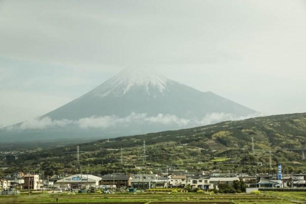 W drodze z Tokyo do Kyoto widok na Fuji
