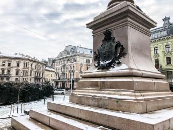 Lwów Pomnik Adama Mickiewicza z tyłu herb RP