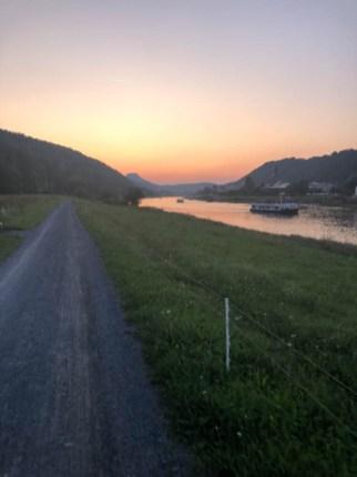 Zachód słońca wracając do Konigstein
