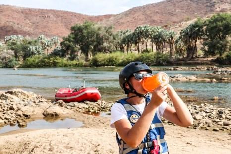 Rafting po rzece Kunene przerwa na picie