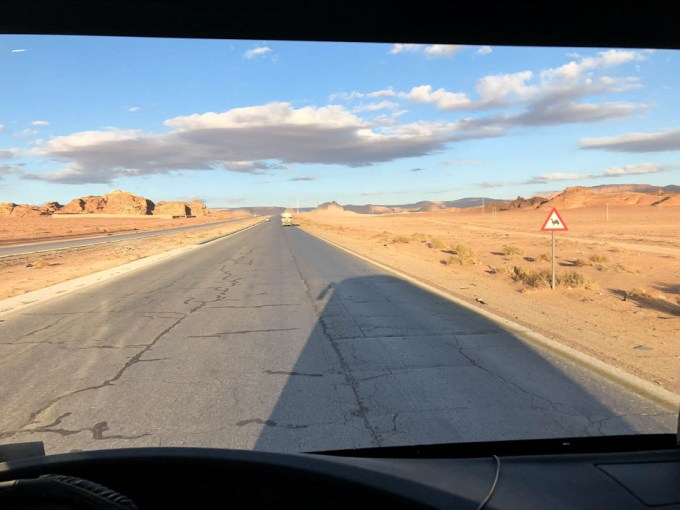 Droga do Wadi Musi i znak uwaga wielbłąd