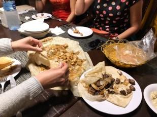 Lokalne dania w restauracji w Madaba
