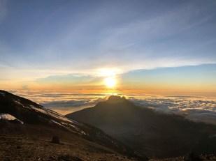 Trekking Kilimandzaro atak szczytowy wschod slonca