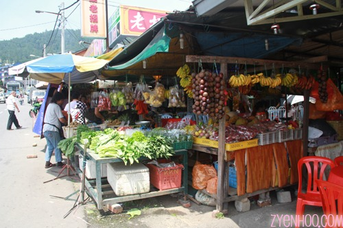 On the way back, we dropped by some stalls which sold fruits and vegetables
