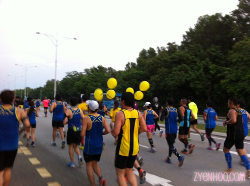 Pacers were marked by the yellow helium balloons tied to their race pouches. I couldn't keep up with them :(