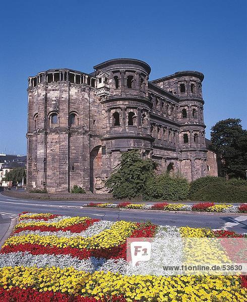 Deutschland Porta Nigra RheinlandPfalz TrierBlumen Betten an alten zerstrten Gebudes