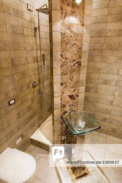 Dusche und WC interior kleine Badezimmer mit Glas WaschbeckenInnenaufnahme einer Wohnung