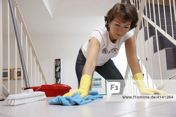 Haushalt Frau putzt wischt Treppen einer Wohnung